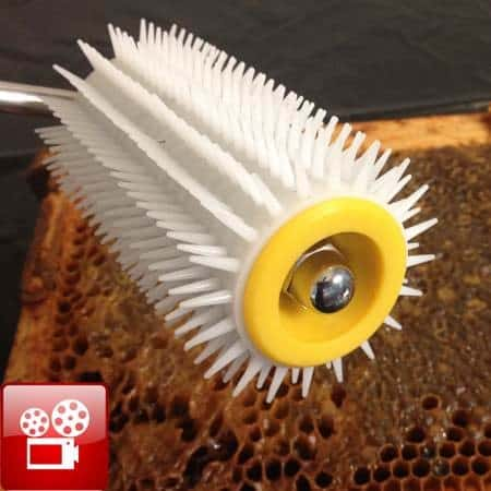 using-the-uncapping-roller-to-harvest-honey-feature