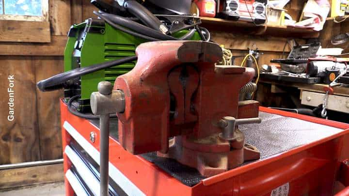 vise on top of tool cart